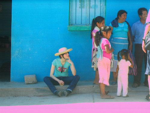 C'est moi! La fille avec un chapeau beaucoup trop grand!