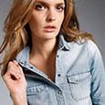 Féminine et décontractée avec la chemise de jean, le it de l'été