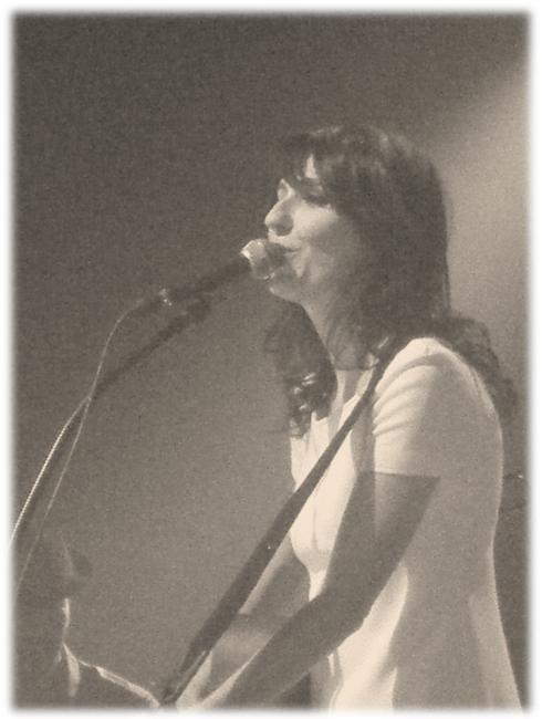 la grande sophie avec sa guitare